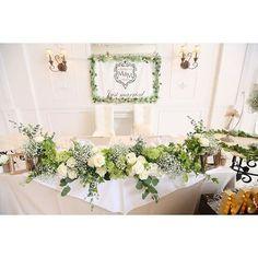 wedding report メインテーブルのアップ写真 4社の中から選んだお花屋さんに 指示書で以下の点をお願いしました ✯ ✔︎テーブルクロスのかけ方 ✔︎お花を何個かずつまとめて配置 ✔︎葉っぱを垂らしてほしい ✔︎植物はwhiteとgreenのみで ✔︎小物はgoldのみで ✯ みごとに叶えてもらいました 指示書には先輩花嫁さまの写真を添付 マーキーライトは事前に作り、 サイズをお伝えしておきました。 直前に電話での打ち合わせもしました 実際どうなるか、当日の本番まで見られないから、 指示書作ったり、打ち合わせを入念にしたりして、 本当に良かったなーと思います❤️ ✯ #MandM0723 #mari_diy #ウェディングレポ #ウェディング #結婚式 #披露宴 #高砂 #メインテーブル #ちーむまりえ #ララ嫁 #marry花嫁 #ハナコレ #ウェディングニュース #日本中のプレ花嫁さんと繋がりたい #ナチュラルウェディング #花嫁diy #ウェディングフラッグ Head Table Wedding, Wedding Table Decorations, Flower Decorations, Wedding Sets, Green Wedding, Table Arrangements, Flower Arrangements, Wedding Flower Inspiration, Table Flowers