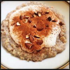 Grød skal der til! Og hvorfor ikke starte dagen med lidt plus på power-kontoen, når nu det er muligt... Denne grød er super (langtids-)mættende, lækker & en skam ikke at servere for sig selv! 5g chiafrø 185g vand 35g grovvalsede havregryn 5g knuste hørfrø (de skal... #grød #kalorielet #morgenmad