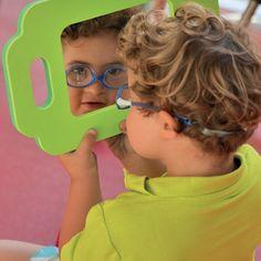 Ces 4 miroirs incassables ont un cadre en mousse coloré et léger. Les grosses poignées permettent une préhension facile de deux mains. La grande surface miroitante permet de voir l'intégralité du visage. Encourage l'exploration de soi et peut s'utiliser lors d'exercices de motricité bucco-maxillaire. Lot de 4 miroirs. Dim. 31 x 28 cm. Dès 1 an.