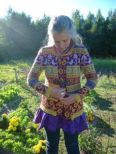 Ravelry: NeulovaNarttu's Birdie Fair Isle Knitting Patterns, Fair Isle Pattern, Intarsia Knitting, Knitting Stitches, Culture Clothing, Sweater Design, Knitwear, Knit Crochet, Sweaters For Women