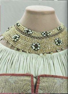 Ожерелье: льняное полотно, льняные нити, шелковые ленты, перламутр, стекло, металл, трунцало; вышивка, низание.