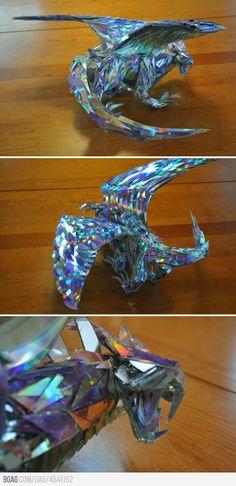escultura de Dragão feita com cacos de CD   Dragon sculpture made out of CD shards