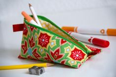 How to sew a pencil case or make up bag with a zip DIY tutorial Sewing Blogs, Sewing Hacks, Sewing Tutorials, Leather Wallet Pattern, Pouch Pattern, Diy Makeup Bag, Diy Pencil Case, Diy Bags Purses, Pencil Bags
