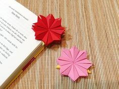 DIY - Origami Bookmark - How to fold bookmarks.DIY - Origami Bookmark - How to fold bookmarks.Take a break with a good book and diet Dr. Origami Ball, Diy Origami, Chat Origami, Design Origami, Origami Simple, Origami Star Box, Origami Wedding, Origami Butterfly, Useful Origami