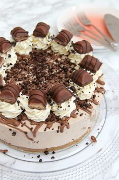 A Buttery Biscuit Base, Kinder Chocolate & Kinder Bueno Filling, Whipped Cream, Melted Chocolate, and even more Kinder Bueno! The PERFECT No-Bake Kinder Bueno Cheesecake! Cheesecake Mix, Cheesecake Recipes, Dessert Recipes, Nutella Cheesecake, Janes Patisserie, Buttery Biscuits, No Bake Cake, Sweet Recipes, Baking Recipes