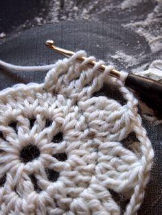 Mitä näistä on tulossa? Crochet Sunflower, Crochet Mandala, Crochet Motif, Crochet Doilies, Crochet Yarn, Crochet Flowers, Crochet Stitches, Free Crochet, Crochet Rug Patterns