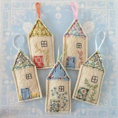 Quick Stitch: Little House Lavender Sachets Two of life's lovelies - cosy cottages and gloriously fr Felt Christmas Ornaments, Christmas Crafts, Felt House, Little Presents, Lavender Sachets, Diy Lavender Bags, Felt Decorations, Fabric Houses, Floral Fabric