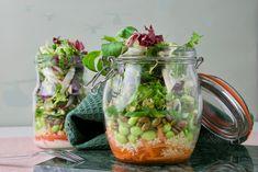 Salat i glas - vitaminer til madpakken og øjnene. Inspiration til, hvordan du gør det nemt og smukt.  Opskrift fra Bagvrk.dk. Cucumber, Meal Prep, Glass Vase, Salads, Picnic, Healthy Living, Lunch, Snacks, Meals
