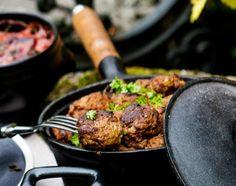 Lammaslihapullien lisukkeena on hunajavoissa paistettuja ruusukaaleja ja punajuuri-perunakiusausta.1. Silppua sipuli. Kuumenna voi tai öljy pannulla, lisää sipulisilppu ja murskaa päälle valkosipulink...