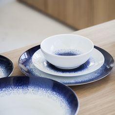 Black Habitat |  -30 % | Maine est une gamme de vaisselle au motif bleu moucheté, comme des tâches d'encre d'un bleu profond contrastant élégamment avec la porcelaine blanche. Cette gamme apportera une touche de sophistication à la table. Elle se décline de l'assiette à la tasse à café. Maine, Blue Dishes, White Porcelain, Coffee Cups, Barware, Plates, Tableware, Desserts, Blue Hour