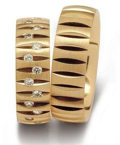 <b>Gelbgoldring, in 333 <br> Damenring mit ca. 28 Diamanten 0,56 kt, Farbe: tw, Reinheit: si, <br> Ringbreite: 6,5 mm,<br> Stärke: 1,6 mm,<br> Oberfläche: längsmattiert<br>