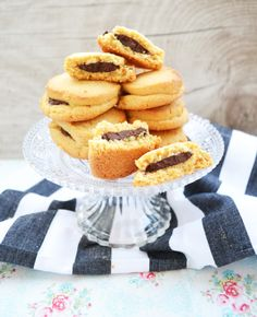 ERDNUSSBUTTER-SCHOKO-COOKIES VON CYNTHIA BARCOMI Onion Rings, Fun Desserts, Biscotti, Doughnut, Cookie Recipes, Tasty, Baking, Ethnic Recipes, Zahn