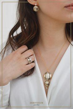 Unsere Kette aus der neuen WIENER MODERNE FOREVER Kollektion vereint funktionale Eleganz mit geometrischer Gelassenheit. Desi, Modern, Necklaces, Trendy Tree