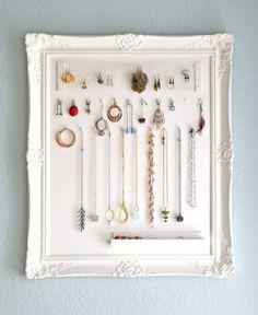 アクセサリーの賢い収納アイデア。アクセサリーをいつも見やすく、そして取りやすく、壁にさげて見せるスタイルです。