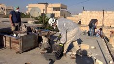 A US official tells the BBC there is growing belief within the US government that the so-called Islamic State is making and using crude chemical weapons in Iraq and Syria.