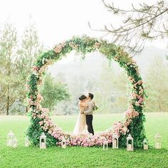 Another #weddingbackdrop that frames rather than hides a venue's beautiful surrounds! This #floralwreath is what dreams are made of! Have a great start to the weekend and goodnight, Wedding Scoopers! ❤ ❤ ❤  #weddingphotography @thewagyustory, #weddingstyling @ednafaith, #weddingdecor @trinity_artwork via @devinatan