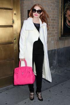 """L'actrice Jessica Chastain portait une sacoche Ralph Lauren Collection à son arrivée au Walter Kerr Theatre pour une représentation de sa pièce """"The Heiress""""."""