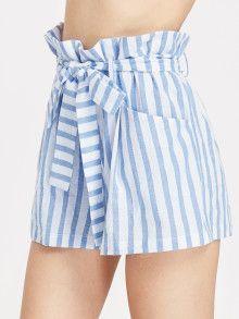 Shorts à rayures avec une ceinture