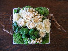 Christmas piece with white roses - square cream-coloured scale, champagne… Arte Floral, Art Floral Noel, Deco Floral, Floral Design, Christmas Arrangements, Christmas Centerpieces, Christmas Decorations, Ikebana, Modern Flower Arrangements