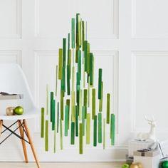 es un móvil. Un gigante de móviles Árbol de navidad hecho con 100 palos de pintura en madera. Visita confettipop.com