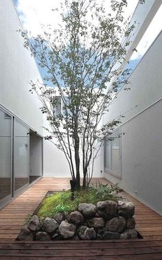 with rock garden and surrounding deck Courtyard with rock garden and surrounding deck Courtyard with rock garden and surrounding deck.Courtyard with rock garden and surrounding deck Courtyard with rock garden and surrounding deck. Indoor Courtyard, Small Courtyard Gardens, Courtyard Design, Internal Courtyard, Small Courtyards, Outdoor Gardens, Balcony Garden, Zen Gardens, Rooftop Gardens