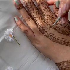 Pretty Henna Designs, Floral Henna Designs, Finger Henna Designs, Back Hand Mehndi Designs, Latest Bridal Mehndi Designs, Full Hand Mehndi Designs, Wedding Mehndi Designs, Mehndi Designs For Fingers, Latest Mehndi Designs