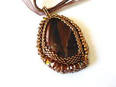 Collier ras du cou broderie de perles autour d'une jaspe marron création fait main de la boutique Jewelryperles sur Etsy