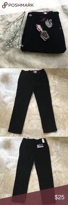 Gloria Vanderbilt corduroy pants OFFERS WELCOME 💖no trades💖 measurements: (done when laid flat) waist: 17 in. hip: 20 in. inseam: 30 1/2 in. materials: 98% cotton, 2% spandex Gloria Vanderbilt Pants