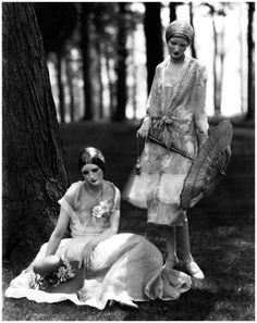 Vintage Clothes Vogue models Marion Morehouse and Helen Lyons pose for photographer Edward Steichen in chiffon dresses, Edward Steichen, Retro Mode, Mode Vintage, Retro Vintage, Vintage Woman, 20s Fashion, Fashion History, Vintage Fashion, Flapper Fashion