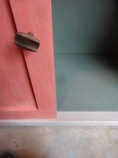 Contraste des couleurs #banaborose #bibliotheque#chalkpaint #anniesloan #kaki #rose #scandinavianpink #gris