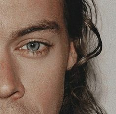 Find images and videos about alternative and Harry Styles on We Heart It - the app to get lost in what you love. Harry Styles Eyes, Harry Styles Pictures, Harry Edward Styles, Carmen Sandiego, Mr Style, Family Show, Treat People With Kindness, Young And Beautiful, Favorite Person