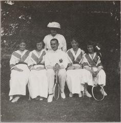 Anna Vyrubova (em pé atrás) e as Grand Duchesses Marie Nikolaevna, Tatiana Nikolaevna, Olga Nikolaevna e Anastasia Nikolaevna, um officer (centro), após uma partida de tênis, em 1914. Adoro quando elas se vestem assim iguais!! <3 <3 <3 <3