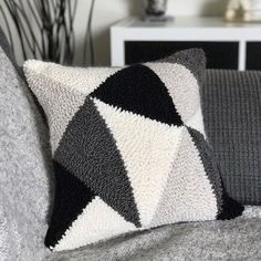 Finally transformed my first punch needle project into a pillow! /// J'ai finalement transformé mon Boho Cushions, Diy Pillows, Pillow Ideas, Punch Needle Patterns, Latch Hook Rugs, One Punch, Punch Punch, Craft Punches, Geometric Pillow