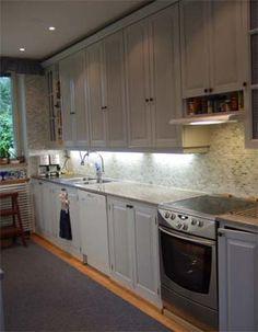 Valoisa keittiö kokonaisuus täyspuisista kaapeista rakennettuna #helmenharmaa #kustavilainen #keittiö #kitchen