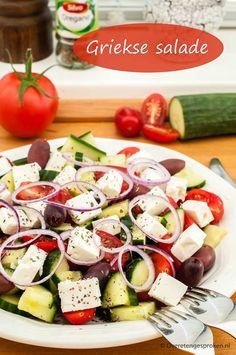 Griekse salade - Simpele maar smaakvol zomerse salade van tomaat, komkommer, zwarte olijven, rode ui en feta. Met vers brood erbij ook lekker als lunch. Bron: www.overetengesproken.nl #tomaat #komkommer #feta #olijven #Griekse #salade #maatijdsalade #boerensalade #recept Easy Smoothie Recipes, Easy Smoothies, Good Healthy Recipes, Salad Recipes, Healthy Snacks, Coconut Recipes, Greek Recipes, Feta, Greek Salad