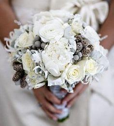 Bouquet de la mariée avec des roses blanches et des boules de brunia