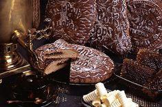 """El priánik es una de las golosinas rusas más antiguas y se ha convertido en una verdadera tarjeta de presentacióndel país. El nombre proviene del adjetivo priany, dulzón, aromático. Los primeros priániki en la Rus se denominaban """"pan de miel"""" y aparecieron aproximadamente ya en el siglo IX hechos con una mezcla de harina de centeno, miel que constituía el ingrediente principal y zumo de frutas del bosque. Entre los siglos XVII y XIX el arte de los priániki era un oficio muy popular."""