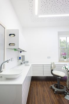 Behandlung | Freuding – Labor- und Praxiseinrichtung Dental Office Decor, Medical Office Design, Clinic Interior Design, Clinic Design, Dental Cabinet, Washbasin Design, Dental Design, Treatment Rooms, Ideas
