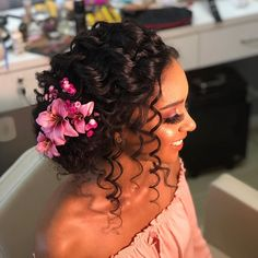To have beautiful curls in good shape, your hair must be well hydrated to keep all their punch. You want to know the implacable theorem and the secret of the gods: Naturally curly hair is necessarily very well hydrated. Curly Bridal Hair, Curly Hair Updo, Hair Dos, Curly Hair Styles, Natural Hair Styles, Sleek Hairstyles, Bride Hairstyles, Hairstyle Ideas, Curly Bridesmaid Hairstyles