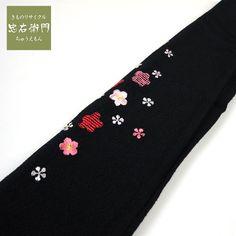 半衿 刺繍 正絹 黒 縮緬 梅のような小花が可愛い【中古】【和装小物】【リサイクル着物・リサイクルきもの・アンティーク着物・中古着物】【楽天市場】 ■素材 正絹 ■少々難 ■色 黒 ■柄 ピンク、赤、白の小花 ■状態 ちょっと折り跡がついていますが、着用は十分可能です。お気軽にどうぞ。