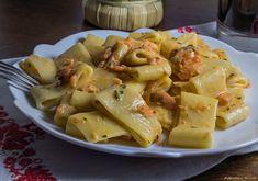 Calamarata con salmone pomodorini e panna un primo piatto davvero irresistibile, semplice e veloce da realizzare. #gialloblog #ricetta http://blog.giallozafferano.it/graficareincucina/calamarata-con-salmone-pomodorini-e-panna/