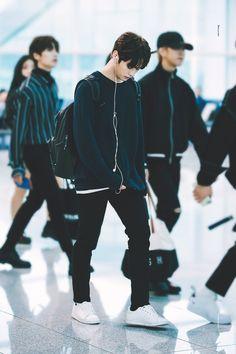 lee know pics ( Lee Minho Stray Kids, Lee Know Stray Kids, J Pop, Kim Woo Jin, Idole, Kpop Outfits, Airport Outfits, Kpop Fashion, Airport Fashion