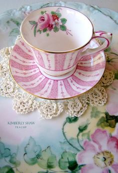I love vintage tea cups! Vintage Cups, Shabby Vintage, Vintage China, Vintage Dishes, Cuppa Tea, Tiffany Glass, China Tea Cups, Teapots And Cups, My Cup Of Tea