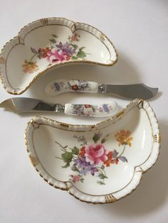Pair/vintage/dishes with knives/Royal Crown posies by WifinpoofVintage on Etsy Vintage Home Decor, Unique Vintage, Royal Crown Derby, Home Goods Decor, Gatsby Style, Vintage Dishes, Vintage Shops, Wedding Gifts, My Etsy Shop