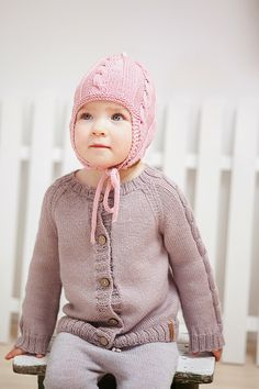 Adorable hand knitted baby clothes by www.GeraBloga.com