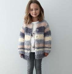 Breipatroon meisjesvest in streeppatroon. Dit zachte vest is gebreid van het Phildar breigaren Phil Nounours. Knitting For Kids, Baby Knitting Patterns, Knitting Stitches, Crochet Baby, Knit Crochet, Fashion Kids, Kids And Parenting, Crochet Projects, Knitwear