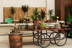 Eu amei a decoração que a Bendita Festa (clique) criou para o chá bar deste casal! Como a ideia era agradar os dois, ao invés de chá de cozinha, chá bar e ainda por cima com o tema boteco, uma super ideia! Comidinhas, só de boteco, na decoração, muita madeira, mesas e travessas em diversas …