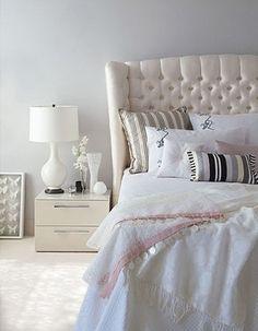 Romantische sfeer in de slaapkamer door soft kleuren in blauwgrijs, ecru en lichtroze en glanzende en zachte materialen als zijde, katoen, linnen en fluweel