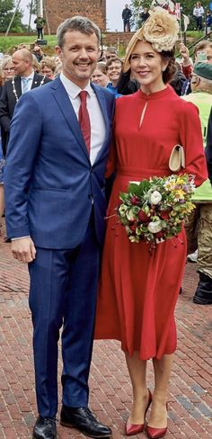 15/06-2019 Crown Prince Frederik and Crown Princess Mary visited the Danish Castle Centre in Vordingborg to celebrate the 800th anniversary of Dannebrog fall (Danish flag). Danish national historiography connects the introduction of the flag to the Battle of Lindanise of 1219. According to the legend the Danish flag fell down from the sky in the Battle of Lindanise, also known as the Battle of Valdemar. Crown Princess Mary wore a silk-georgette dress by Raquel Diniz. Danish Flag, Royal Photography, Prince Frederick, Classic Dresses, Danish Royalty, After Marriage, Danish Royal Family, Crown Princess Mary, Royal Style