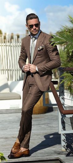 Suits are the ultimate fashion piece for men to get sharp look. How to opt for perfect shirt & suit combinations, here is a complete guide on it for men. Mens Fashion Blog, Fashion Mode, Mens Fashion Suits, Fashion Night, Urban Fashion, Mens Suits, Suit For Men, Brown Suits For Men, Fall Fashion